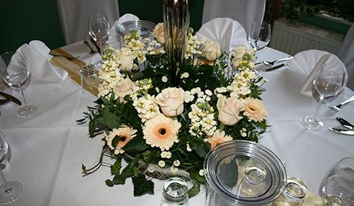 Blumendekoration auf rundem Tisch